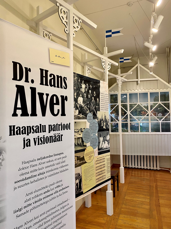 Haapsalu raekojas avati dr. Hans Alveri näitus